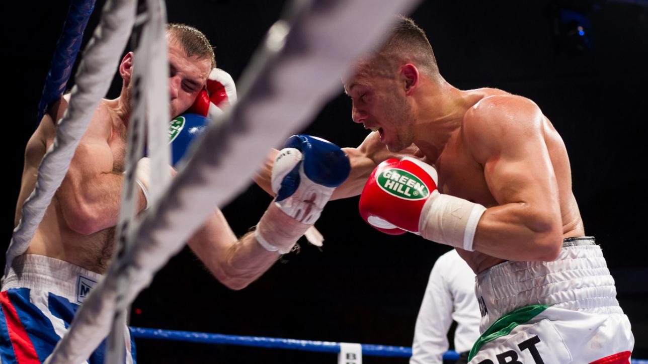 Manuel lancia attacca l'avversario e lo costringe alle corde